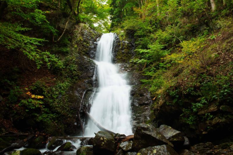 [ 寂光の滝 ]  複数段でリズム良く流れ落ちる滝