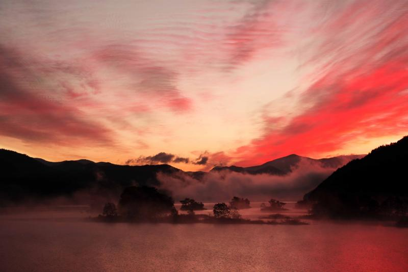 [ 真っ赤に焼ける秋元湖 ]  空に雲が広がっていました。