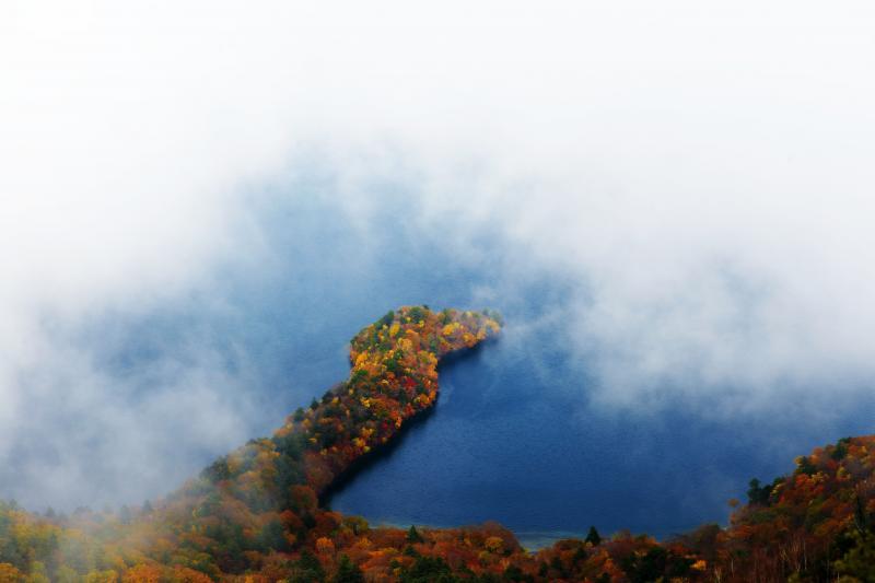 [ 雲間に見える八丁出島 ]  展望台到着時は雲に包まれていましたが、しばらく待っていると一瞬だけ八丁出島が姿を現しました。
