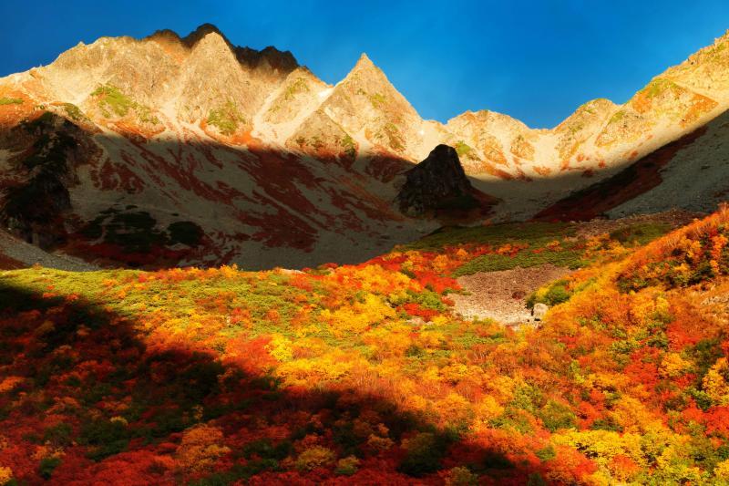 [ 涸沢を染めるモルゲンロート ]  登山客、カメラマンが美しさに魅了されています。