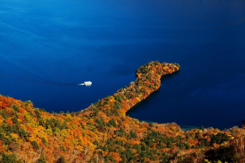 八丁出島と遊覧船 | 定期的に遊覧船が巡ってきます。