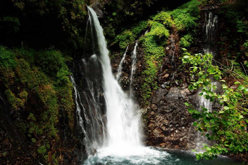 [ 裏見滝 ]  昔は滝の裏まで行くことができたそうです。日光三名瀑のひとつ。