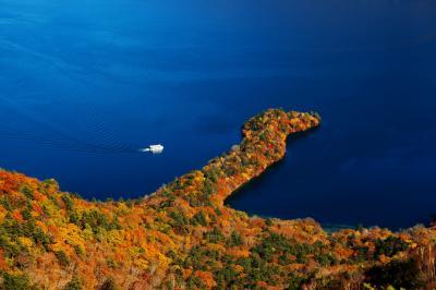 八丁出島と遊覧船| 定期的に遊覧船が巡ってきます。