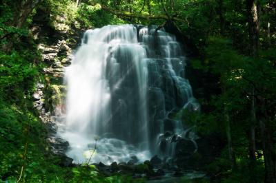 爽やかな水しぶきと光芒| 凹凸ある岩が美しい流れを作り出しています。