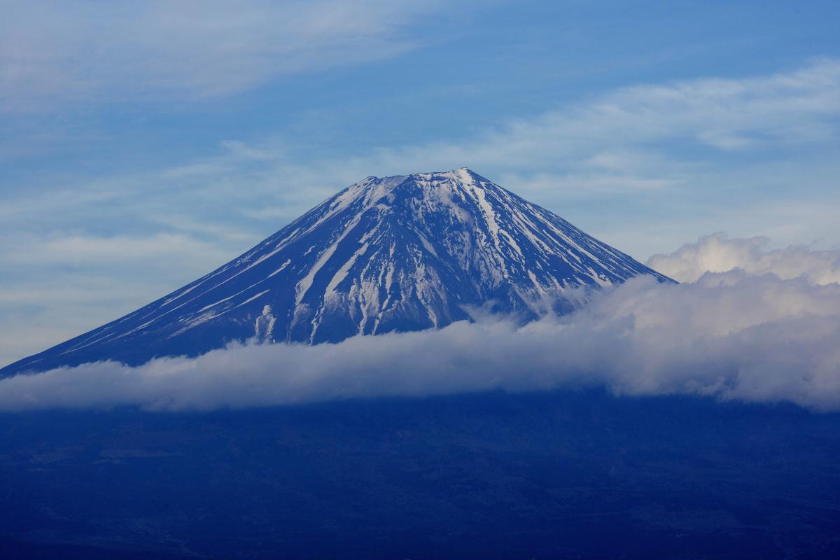 雲流れる富士 中腹に巻きつくような雲、夕暮れ近くの静かな富士山。