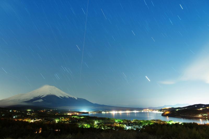 星降る富士山と山中湖 | パノラマ台から長時間露光で夜中に撮影しました。夜景と星が美しい夜でした。