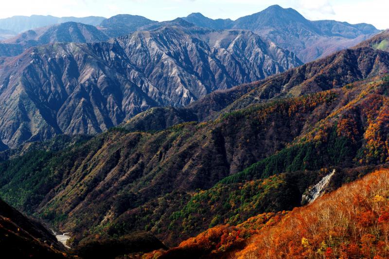 重厚感・メタリック | 足尾の山々のメタリック感が凄い。荒々しく迫力ある風景が目の前に広がっています。