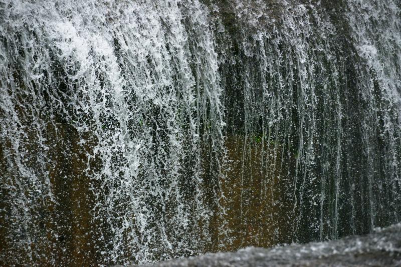 [ 飛沫踊る ]  岩盤から流れ落ちる水を高速シャッターで撮影。水の動きを捉えることができました。望遠レンズで水の流れを切り取るのが楽しい場所です。