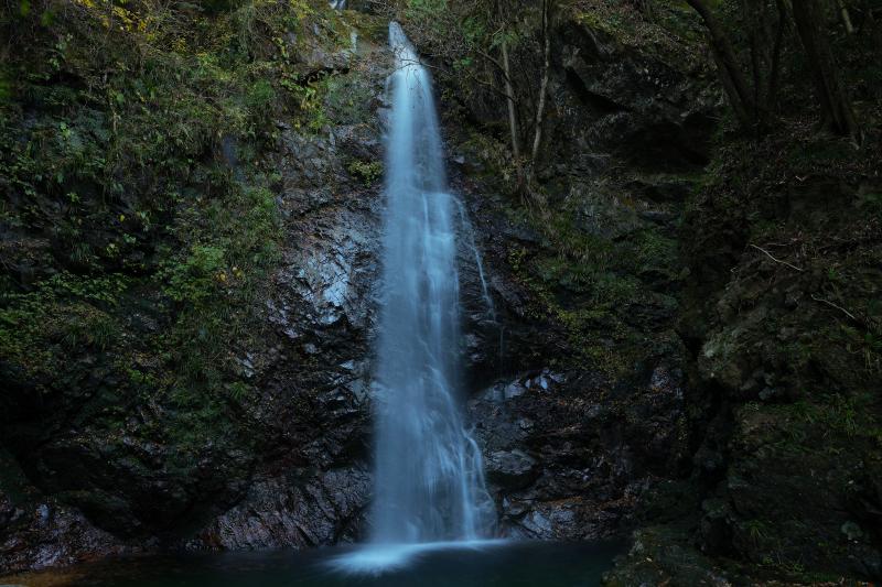 [ 払沢の滝 ]  4段で構成される滝の最下段。この滝壷には大蛇が棲んでいるという伝説があります。