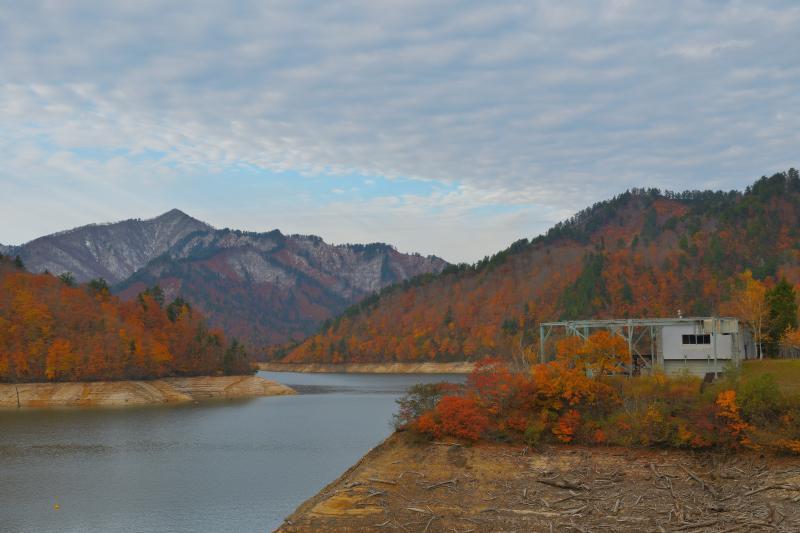 [ 迫り来る冬 ]  周囲の山々が冠雪し、秋から冬へと季節が変わっていきます。