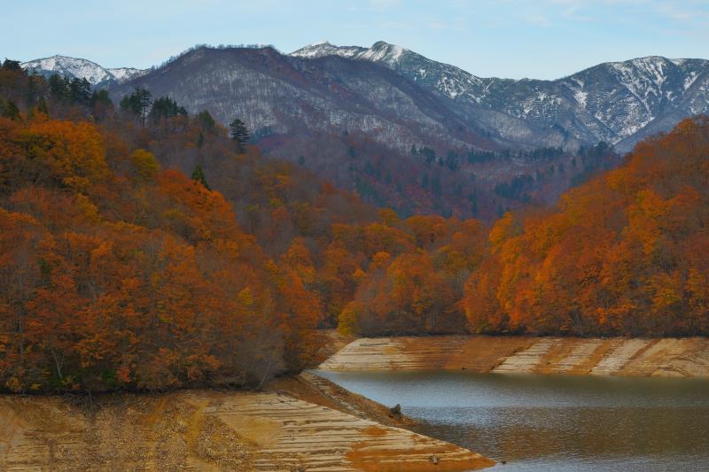 [ 冠雪の山と終わりかけの紅葉 ]  利根川の源流に位置する奥利根湖。周辺のダム湖より冬の足音が早く聞こえてきます。