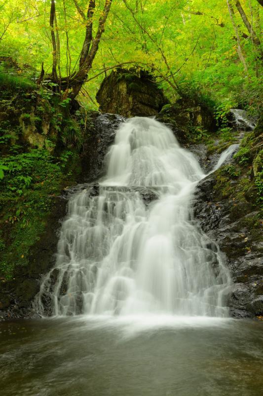 [ 梵音滝 ]  お経を読むときに、キヨノ木を叩き拍子をとるが、その音がこの滝の音に似ていることからこの名がついた。