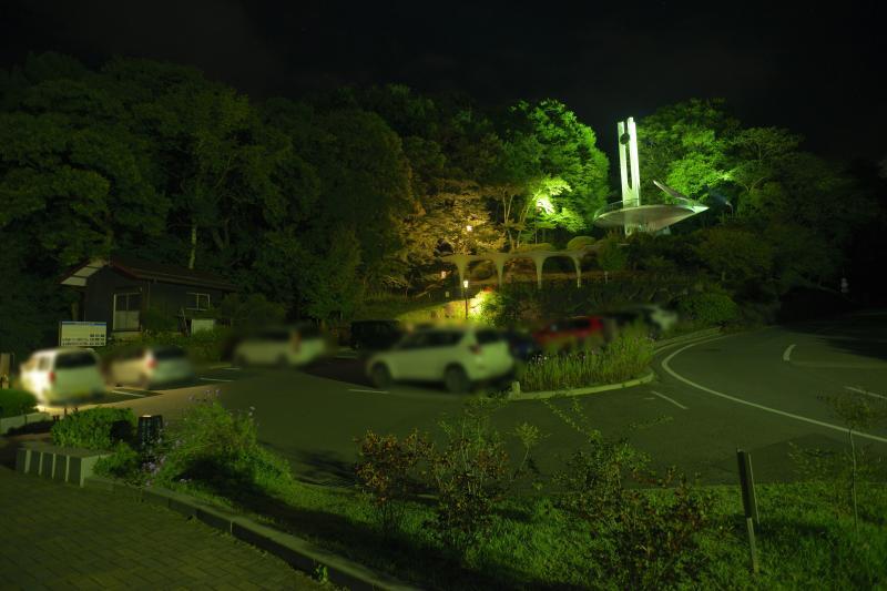 [ 立石公園駐車場 ]  10台ほどが駐車できるスペースがあります。奥には展望台。手前は大きな広場になっており諏訪湖の絶景が広がります。