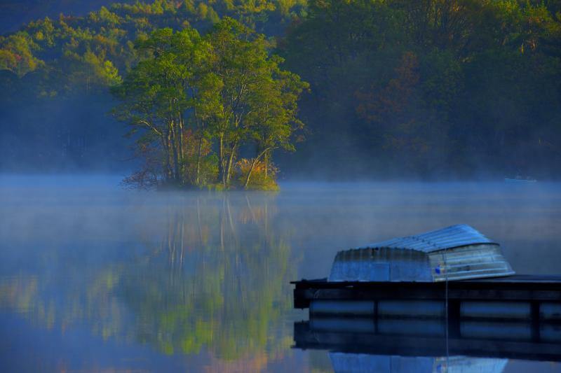 [ 朝靄の浮島 ]  湖に浮かぶ浮島に朝陽が当たり始めました。