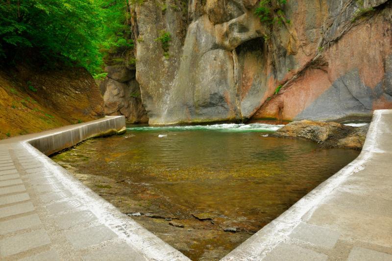 [ 般若岩と遊歩道 ]  般若岩付近の不思議な空間。柵がないので下に落ちないように注意が必要です。