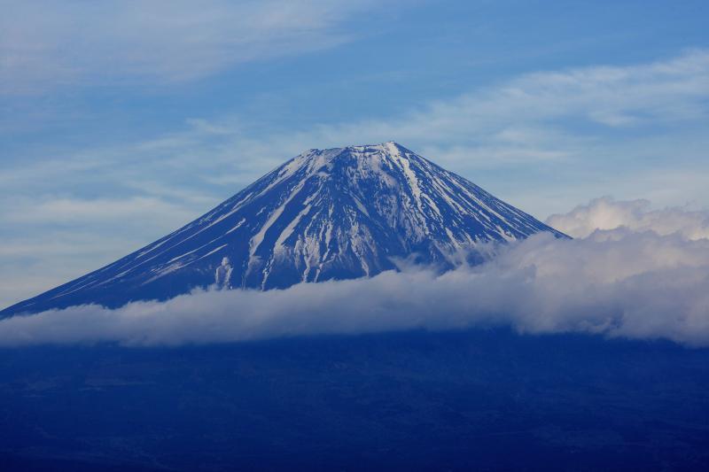 雲流れる富士 | 中腹に巻きつくような雲、夕暮れ近くの静かな富士山。