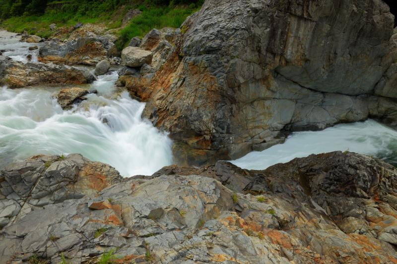 [ 関門 ]  展望台近くの川幅が一番狭くなっている所。水しぶきが上がりスピード感のある流れ。