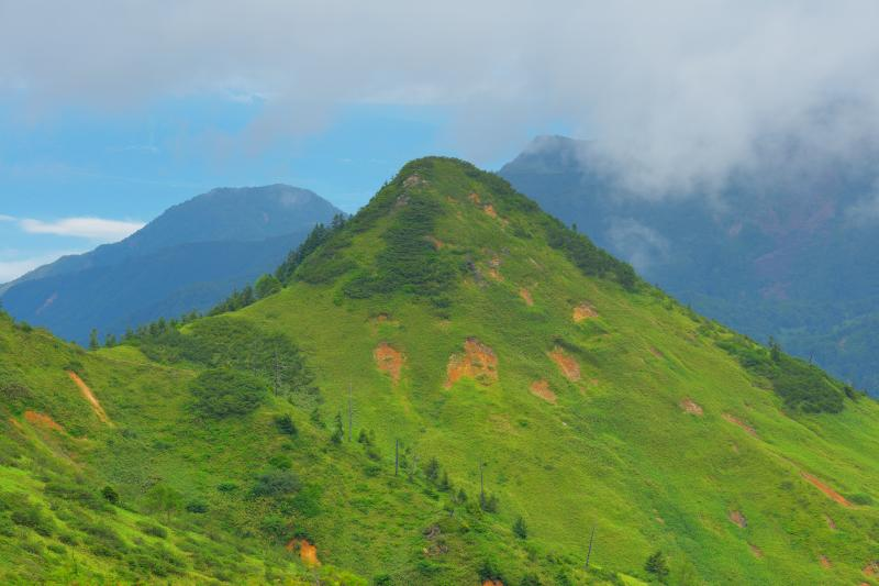雲流れゆく | 梅雨の晴れ間、少しだけ青空が見えました。この後、山田峠は雲の中に入ってしまいました。