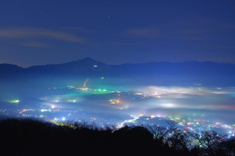 [ 夢踊る街 ]  夜中に秩父の街を埋め尽くすような雲海が出現。夢のような時間が夜明けまで続きます。