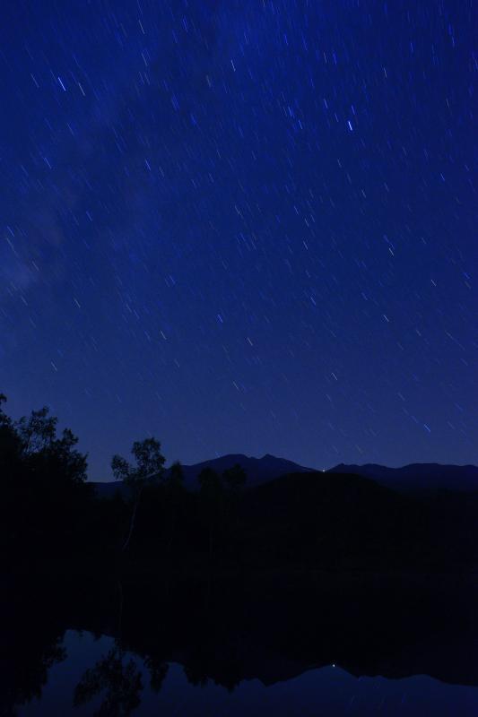 [ 乗鞍星景色 ]  夜の静かな「まいめの池」。空を埋め尽くすほどの星が輝いていました。
