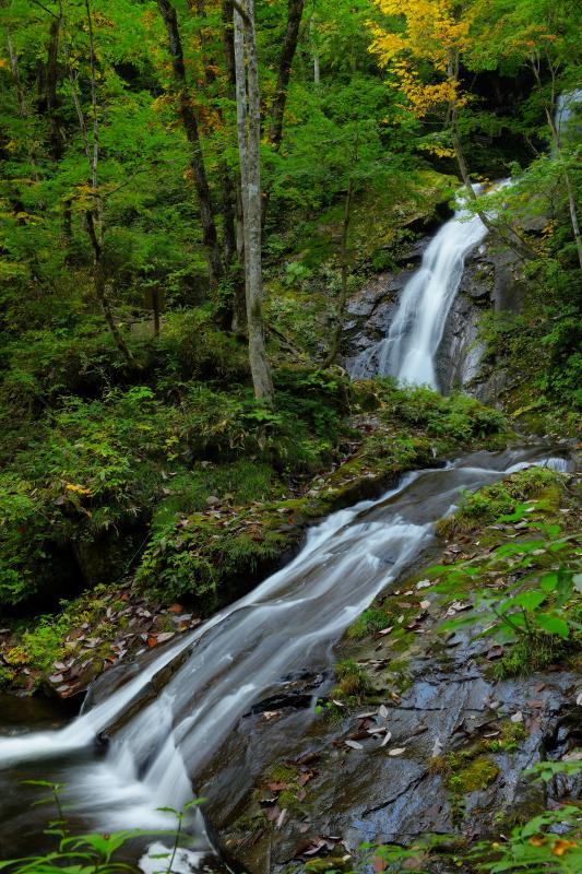 [ 三段の流れ ]  岩の上を舐めるように流れていく水。三段になったリズミカルな滝の流れ。