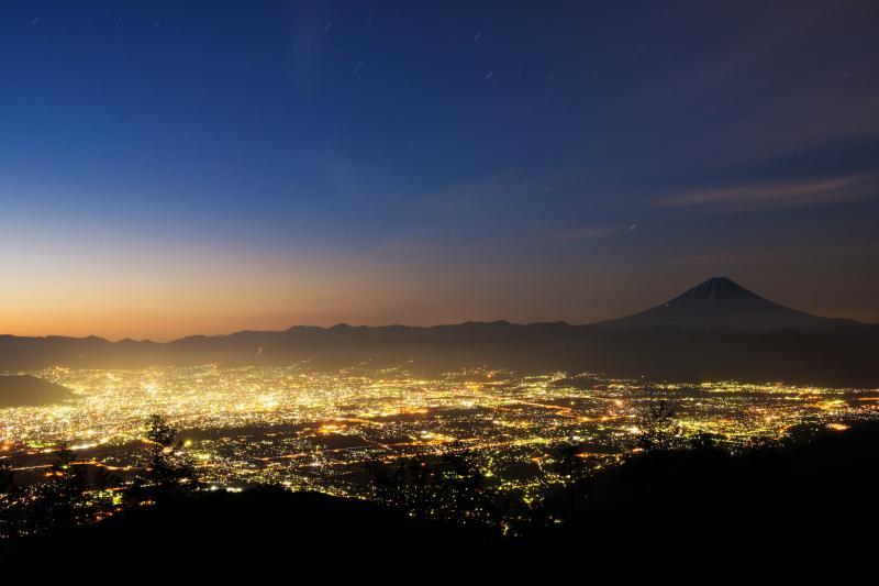 甘利山からみる甲府の夜景と富士山 | 夜景・星景・雲海など様々なシーンを楽しめる場所です。