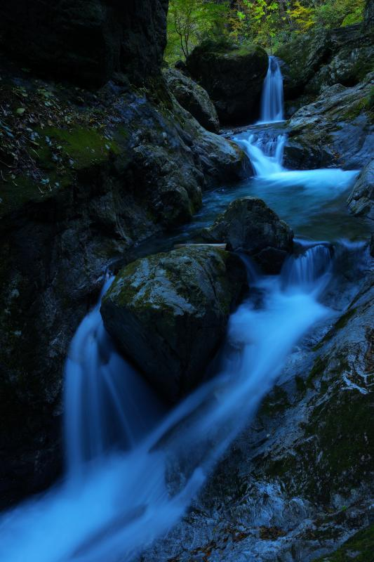 [ 岩を走り抜ける滝 ]  巨大な岩が印象的な場所ですが、岩の間を流れる水の流れも美しいです。