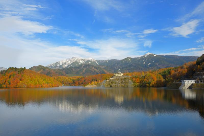 [ 紅葉と冠雪した尾瀬の峰々 ]  ならまた湖からは至仏山をはじめ、尾瀬の山々を一望することができます。青空が広がり、三段紅葉を見ることができました。