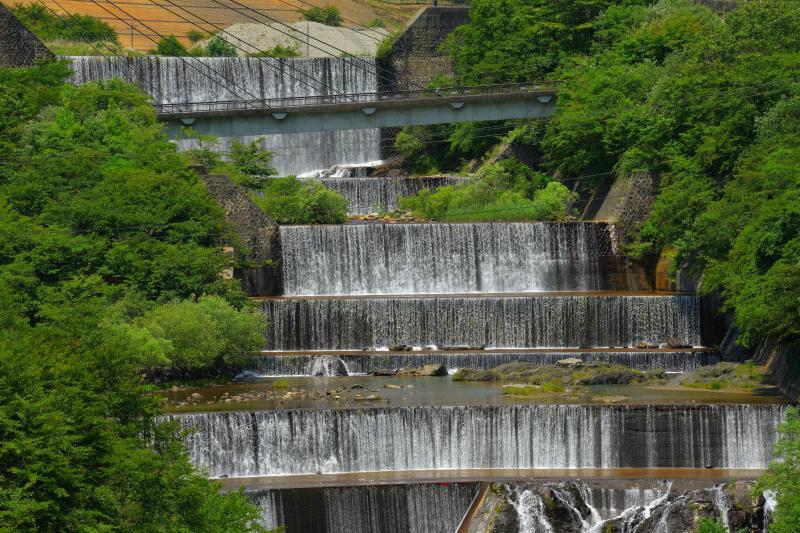 [ 6段の滝 ]  足尾の砂防堤は幾段にもなっており、望遠レンズで圧縮すると連続する滝のようになります。