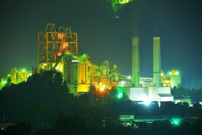 [ セメント工場夜景 ]  寺坂棚田より望遠レンズで撮影。武甲山の山麓にあるこの工場は秩父のシンボルとして親しまれています。