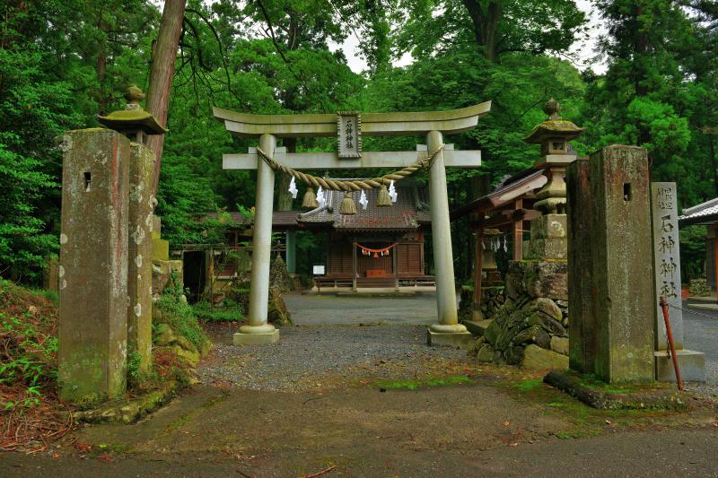 [ 石神神社 ]  あじさいの小路を少し走ると石神神社があります。