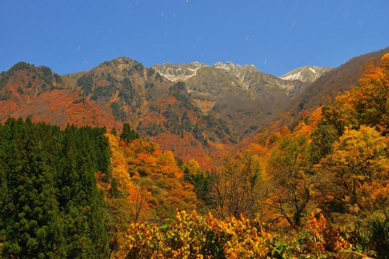[ 紅葉星舞 ]  八海山山麓は紅葉真っ盛り。一面の紅葉と空を舞う星、迫力の八海山の絶景が目の前に広がっていました。