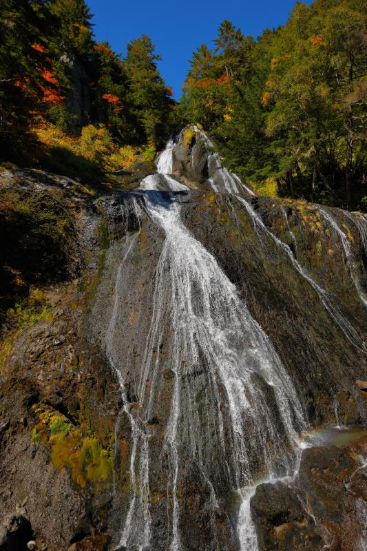 [ 滑滝 ]  大きな岩盤を滑り落ちてくる水。空から水が降ってくるような滝です。