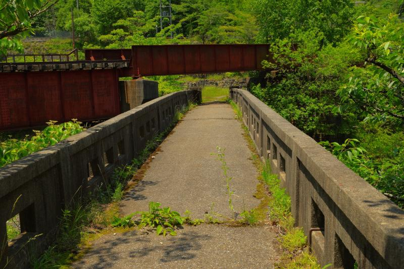[ 鉄橋と石橋の交差 ]  時間が止まったような空間。かつては多くの人がこの場所を行き来したことでしょう。