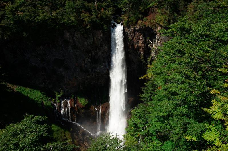 [ 華厳の滝・夏 ]  豪快な水量で観瀑台まで飛沫が飛んできます。