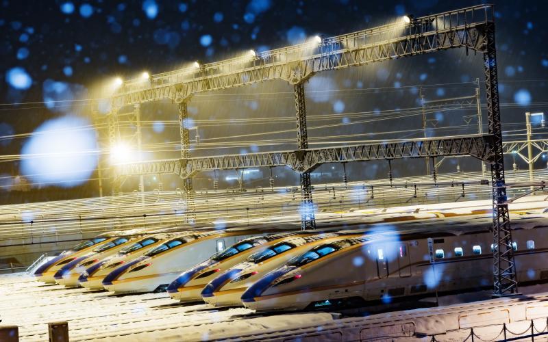 [ 雪化粧 ]  シンシンと雪が降る夜。静寂の中で佇む7本のE7系。深夜にかけて車両が増えていきます。