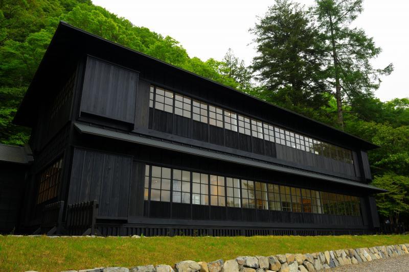 [ 英国大使館別荘全景 ]  別荘の目の前には中禅寺湖の美しい風景が広がっています。庭にはベンチが置かれ、優雅なひとときを過ごすことができます。