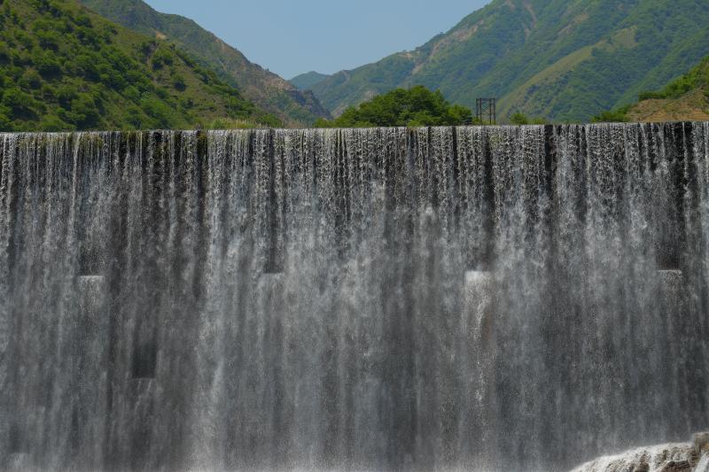 [ 足尾堤防 ]  簾のように流れる水は清涼感抜群。