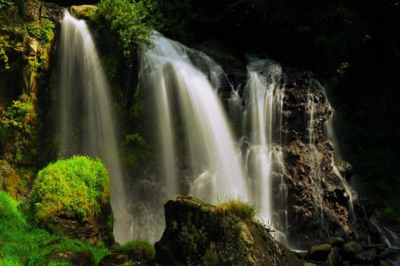 輝く白布 | 光を浴びる滝をスローシャッターで撮影。ND100フィルターを使用。