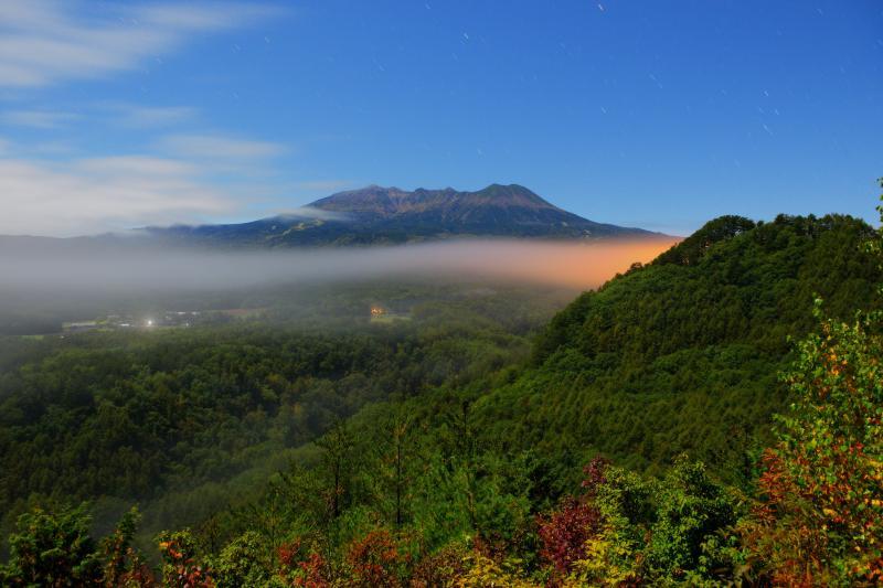 [ 雲海出現 ]  御嶽山を横切るように雲が現れました。星空と雲海のコラボレーション。