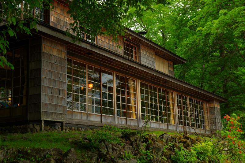 [ イタリア大使館別荘 ]  別荘はアントニン・レーモンドの設計。木造二階建て、日光杉の壁が美しい建物。