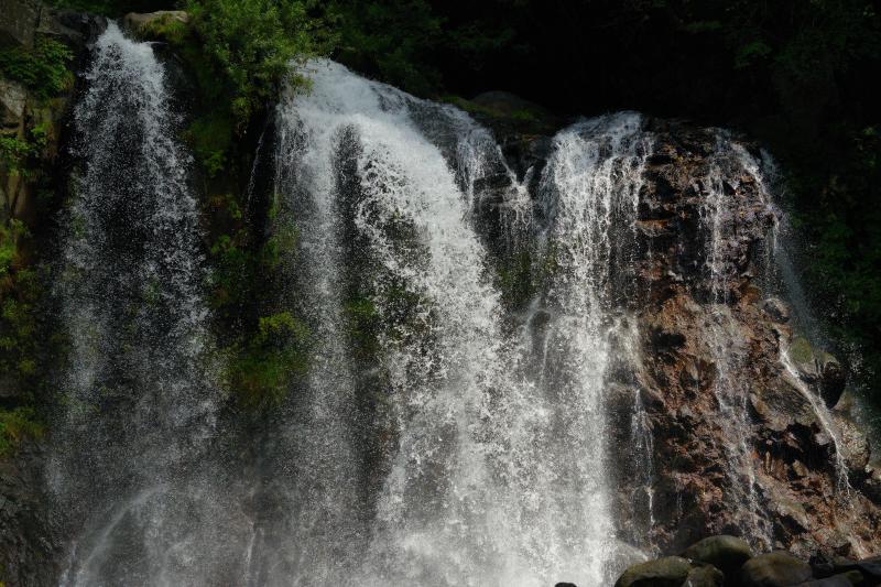 [ 光り輝く滝 ]  太陽を遮る雲の隙間から滝に光が差し込みました。スポットライトを浴びたように輝く滝が美しい。