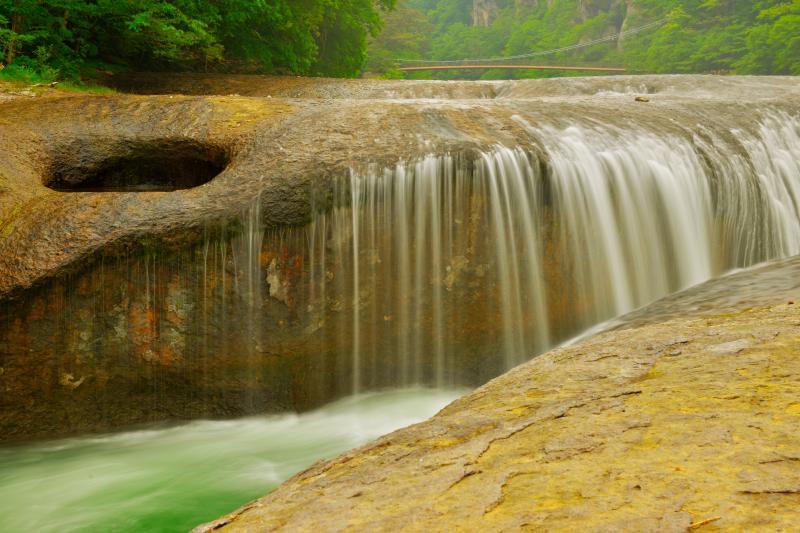 [ 吹割の口 ]  滝の左側の岩には大きな穴が空いています。この付近は水量が少なく、静かに流れ落ちる感じです。
