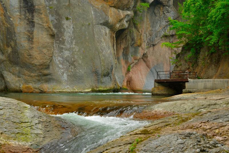 [ 般若岩 ]  鱒飛の滝から吹割の滝に向かう途中にある巨大な岩です。遊歩道は川の流れのギリギリのところを通っていて渓谷の迫力を満喫できます。