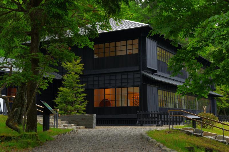 [ 森の中の別荘 ]  遊歩道を歩いて行くと真っ黒い近代的な建物が見えてきます。外国の風情を感じることができる公園になっています。