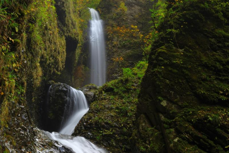 [ 3段の流れ ]  方向を変えながら竜のように流れる滝。