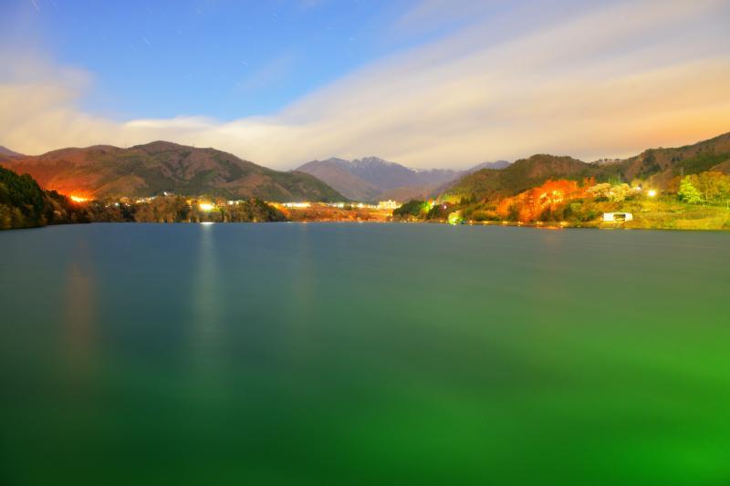 [ 真夜中の赤谷湖 ]  月明かりに照らされた赤谷湖は幻想的です。雲は谷川岳方面へ流れ、青空に星が輝いていました。