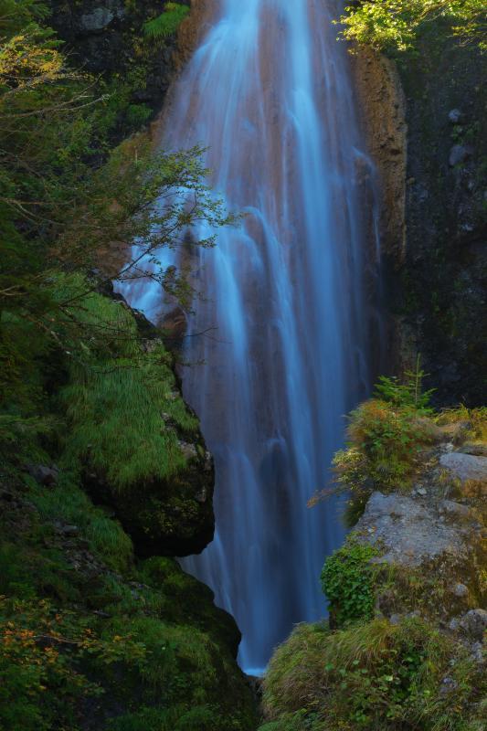 [ 真ん中の滝 ]  中央の滝は茶褐色の岩をしずかに水が伝っていました。