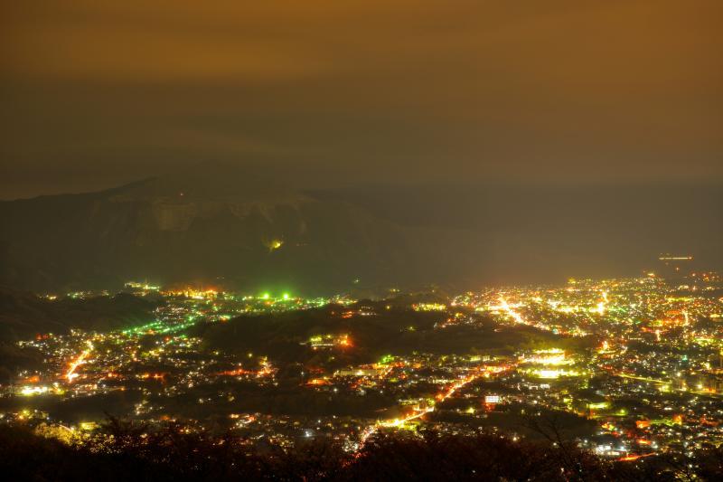 [ 秩父の夜景と武甲山 ]  美の山は夜景で有名な撮影スポット。最近は雲海の撮影スポットとしても知名度が上昇中。