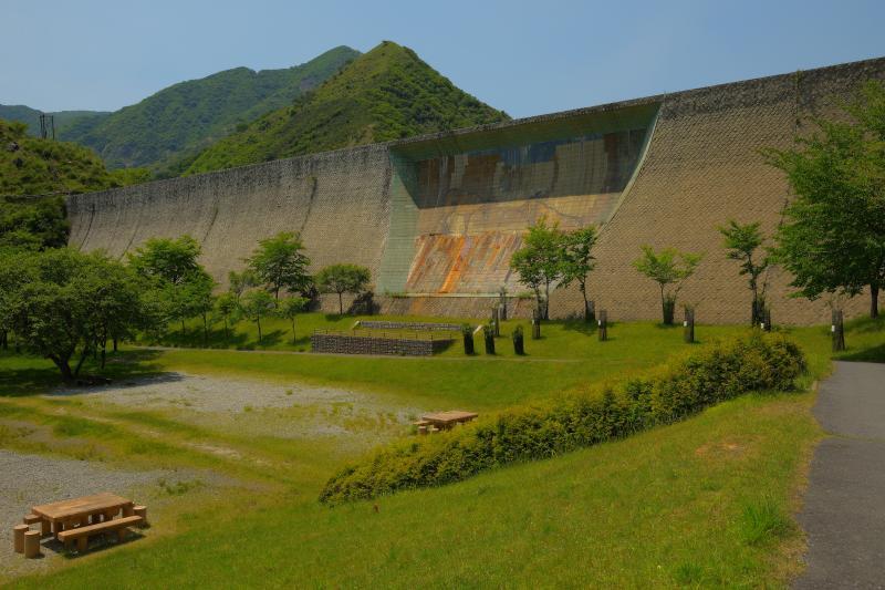 [ 巨大壁画 ]  堤では日本最大級の陶板による壁画を見ることができます。